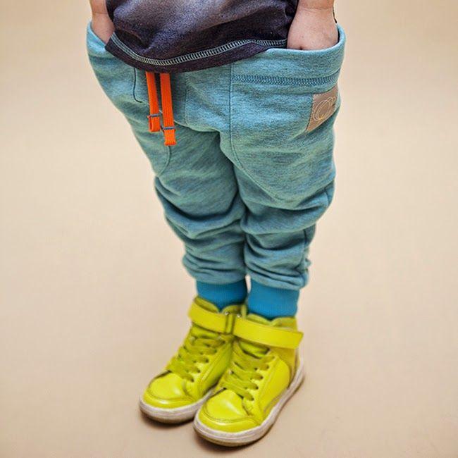 Стильный мальчик в желтых кедах