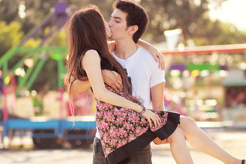 Парень целует девушку сзади в it