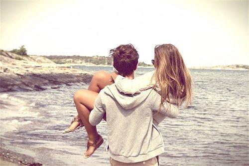 Парень держит девушку на руках зимой - e0