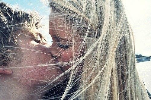 fotografii-devushek-blondinok-tseluyushiesya-s-parnem