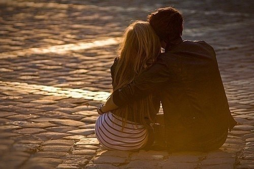 парень и девушка сидят обнявшись (со спины)