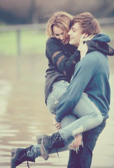 Парень держит девушку на руках со спины - d0