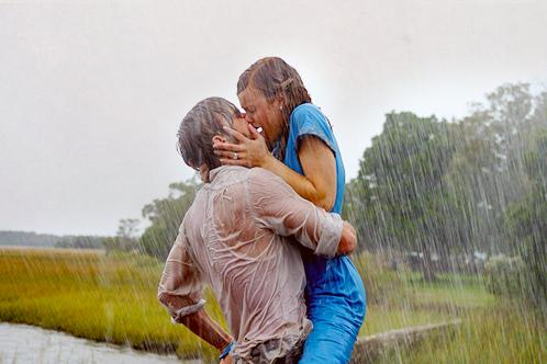 страстный поцелуй под дождём