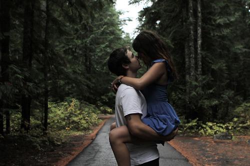 у парня на руках девушка фото