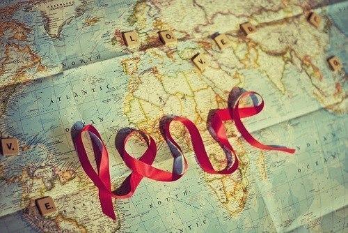 Love из красной ленточки на карте мира